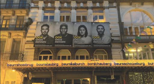 Une association recycle des affiches électorales du Vlaams Belang pour adresser un message de bienvenue aux réfugiés